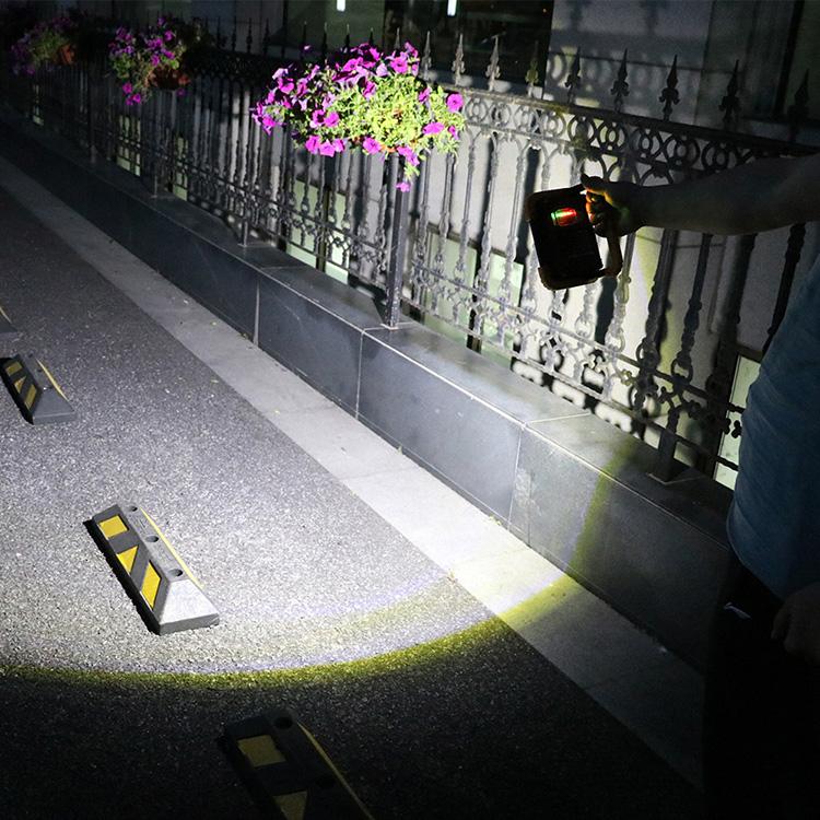 本体を囲む黄色いガード部分は、優れた耐衝撃性能を発揮。2m地点からの落下にも耐えるタフな構造